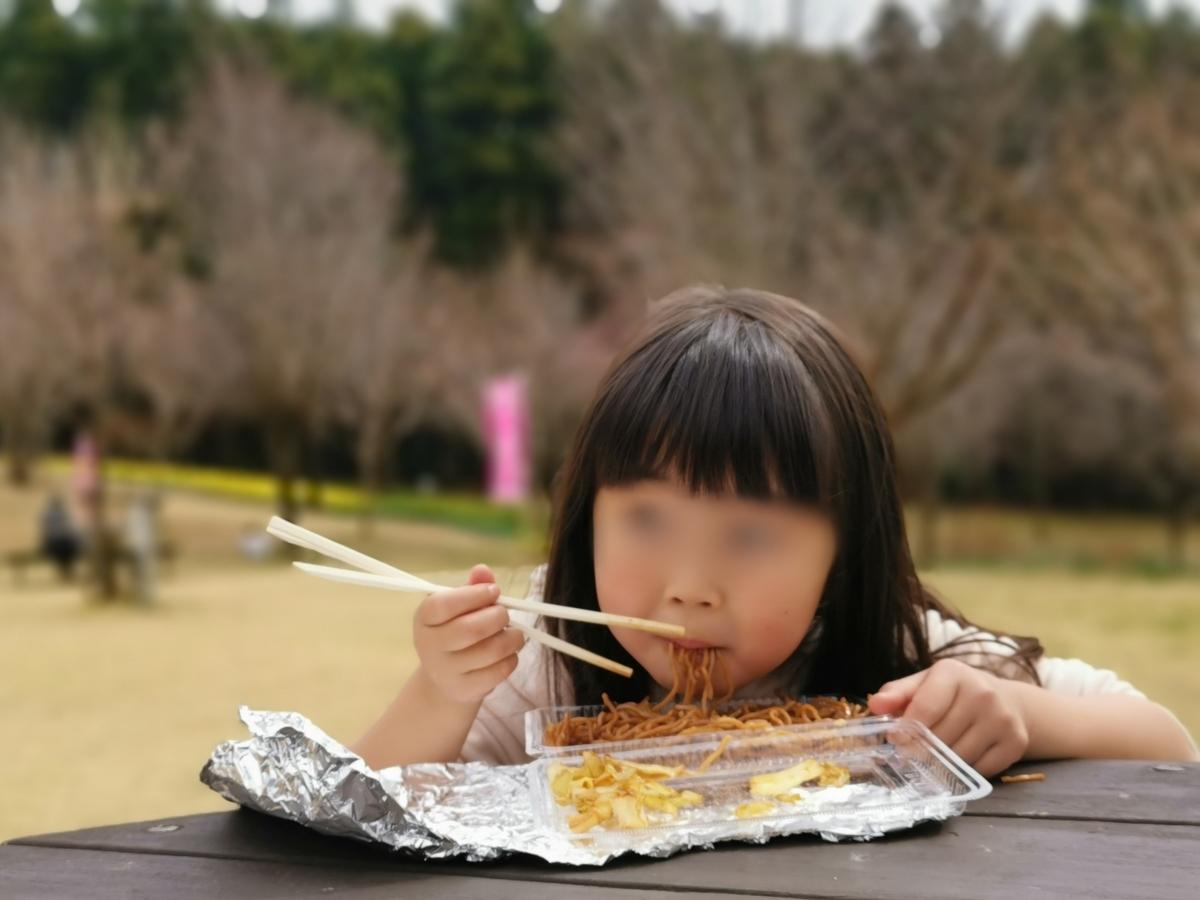 焼きそばを食べる子供