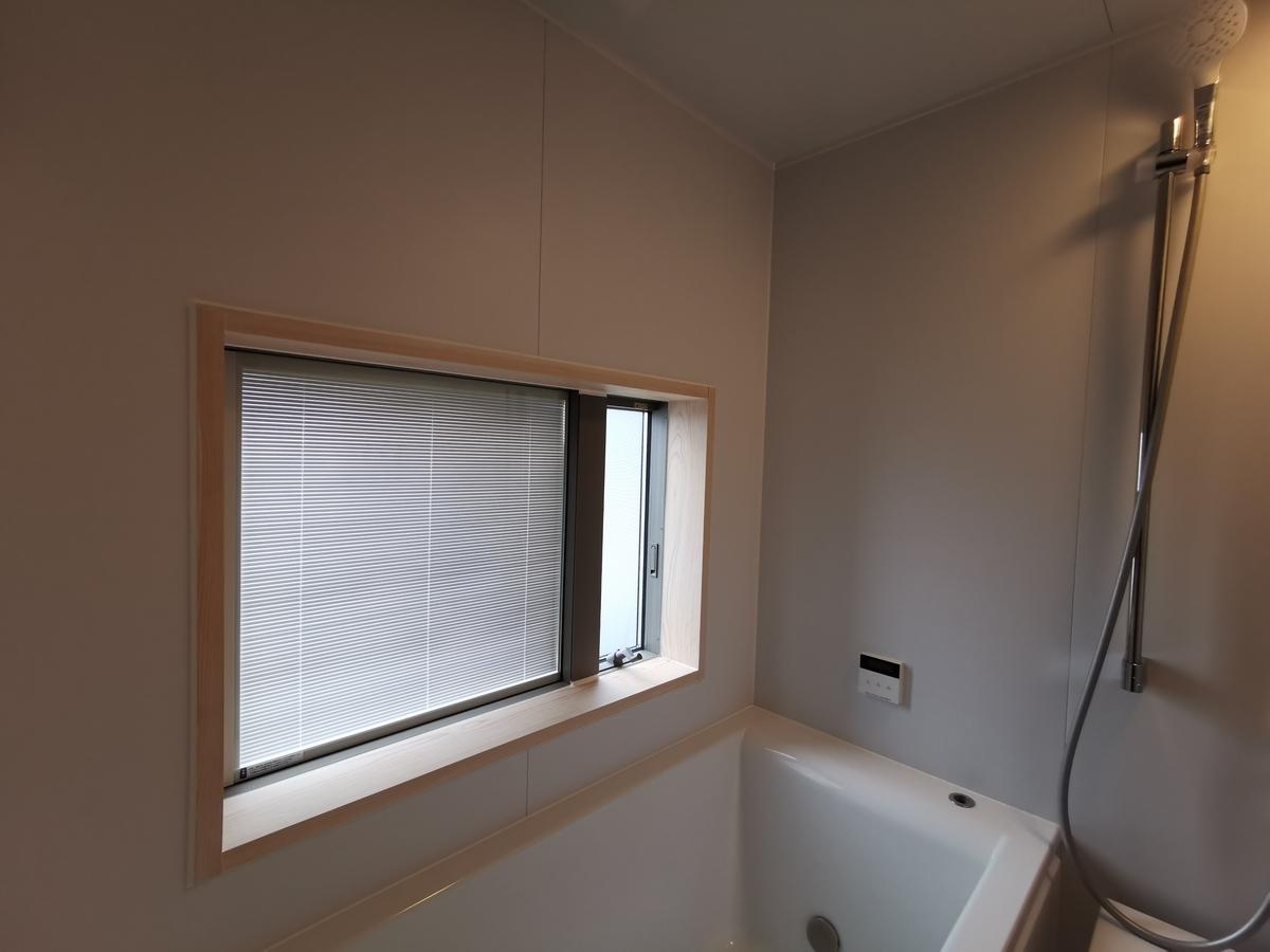 お風呂・木の窓枠