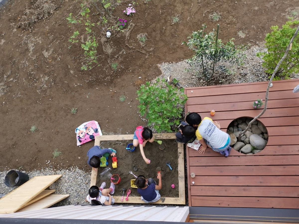 ウッドデッキで遊ぶ子供たち