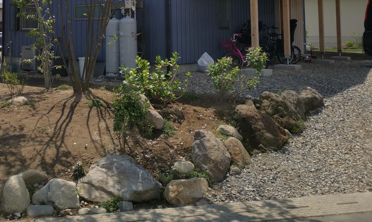 土留めの大きな石