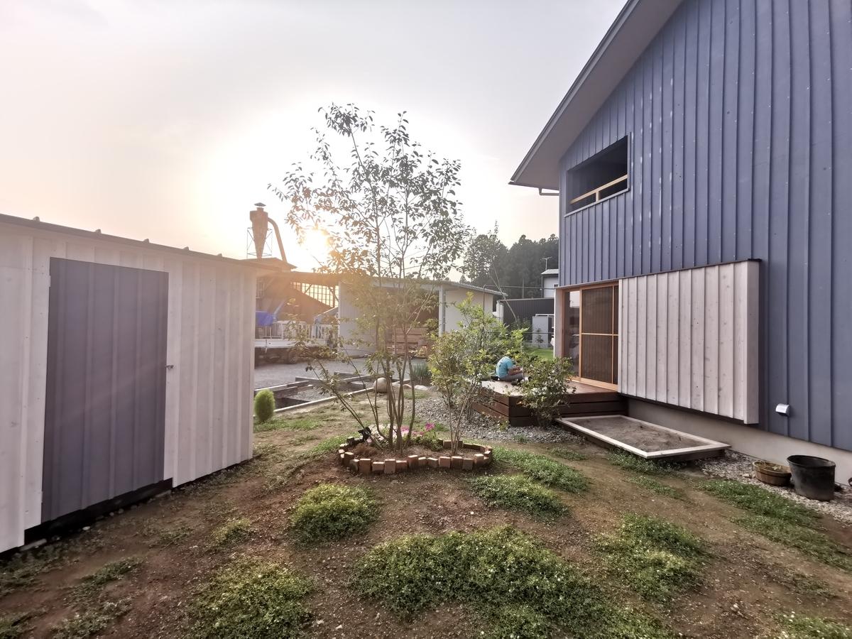 家と物置小屋