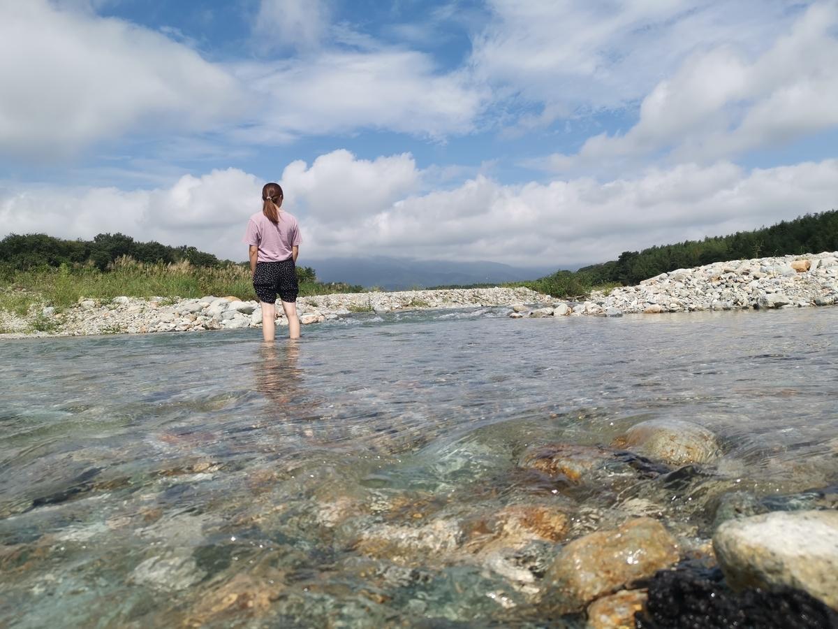 川に入る妻