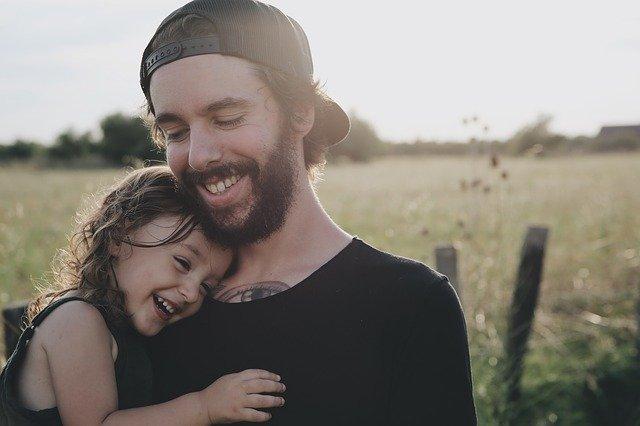 娘を幸せそうに抱っこする父親