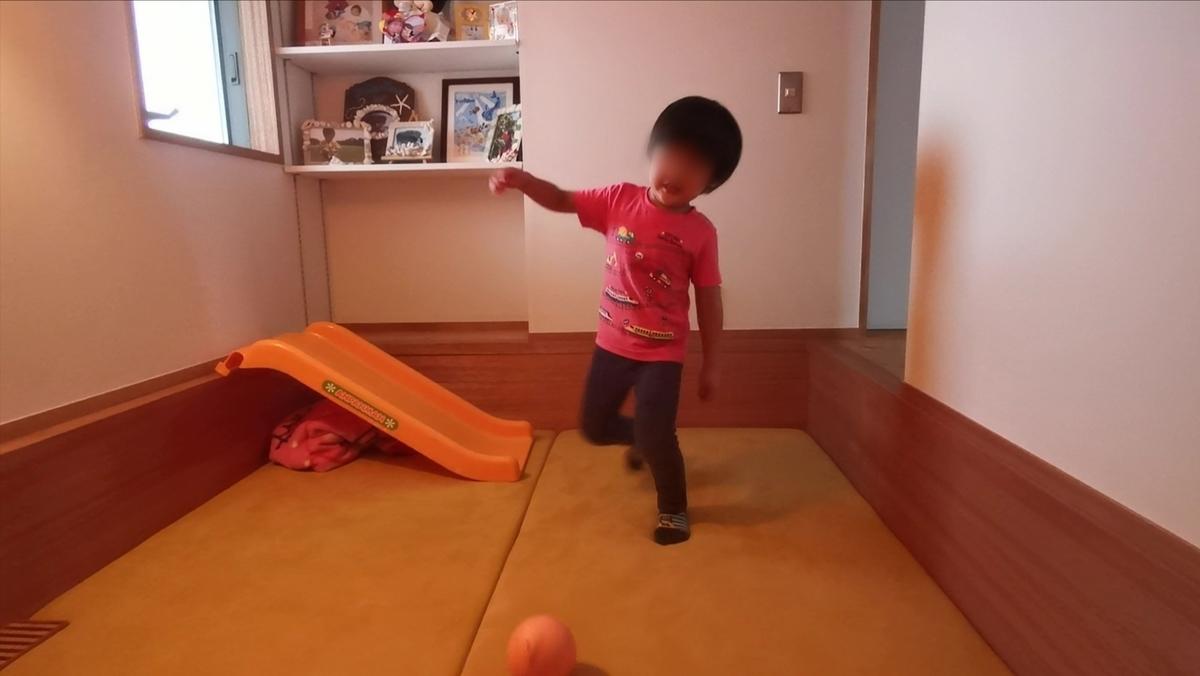 アナグラで遊ぶ子供