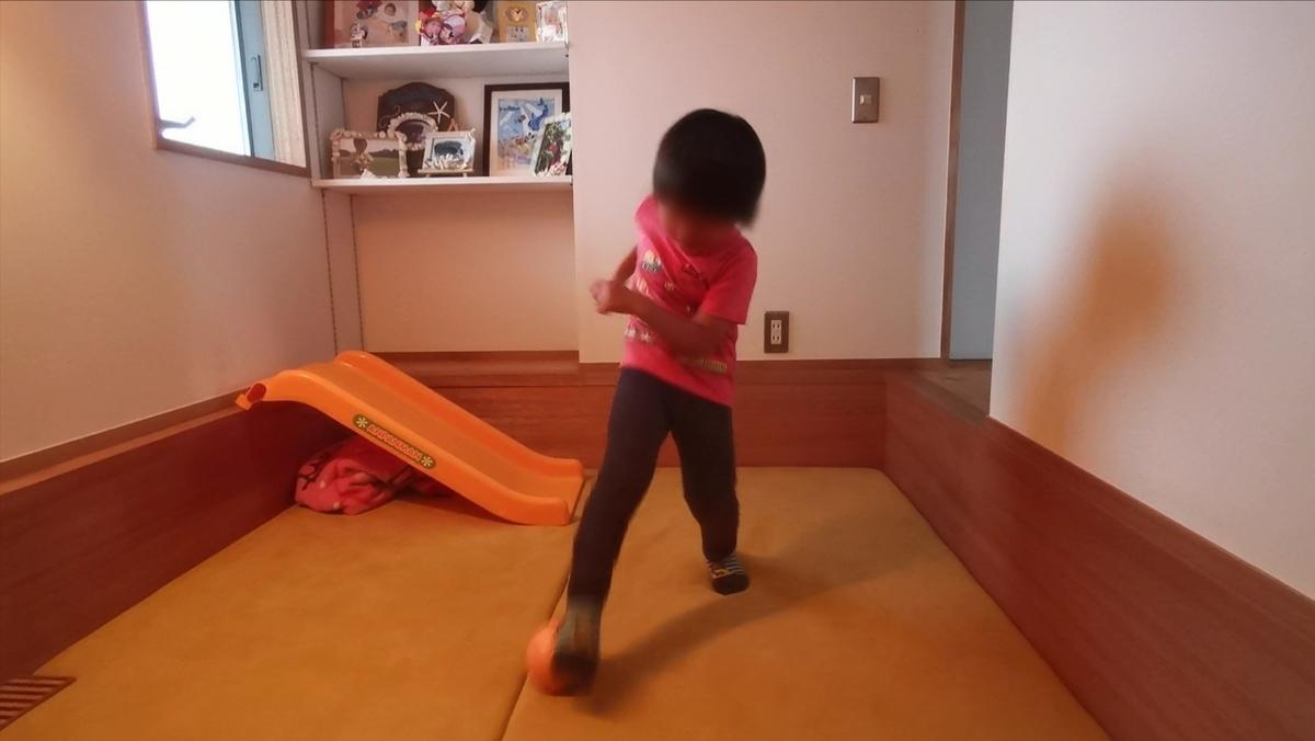 ファミリールームで遊ぶ子供