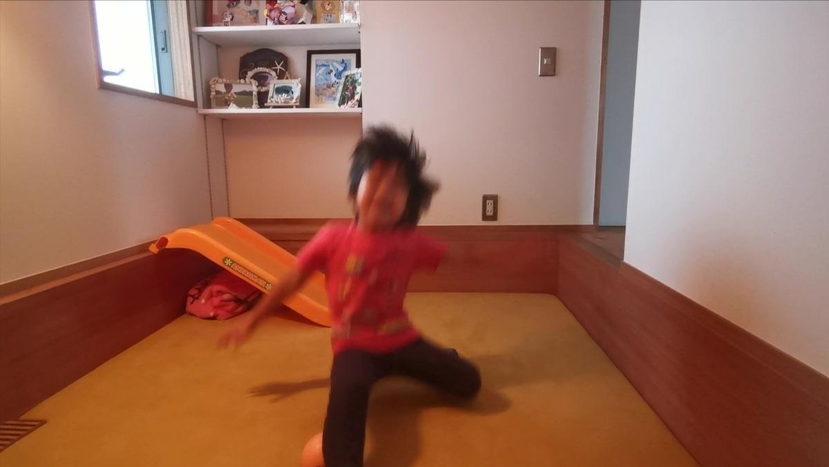 和室ではしゃぐ子供