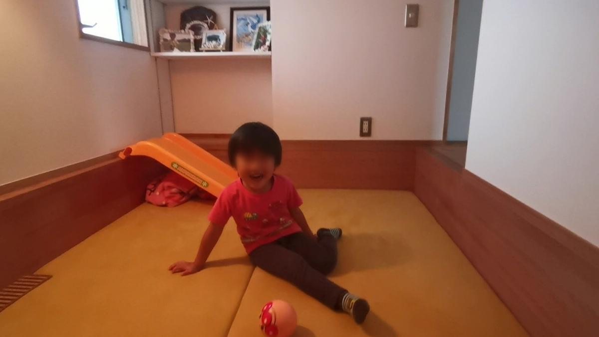 家の中で遊ぶ子供