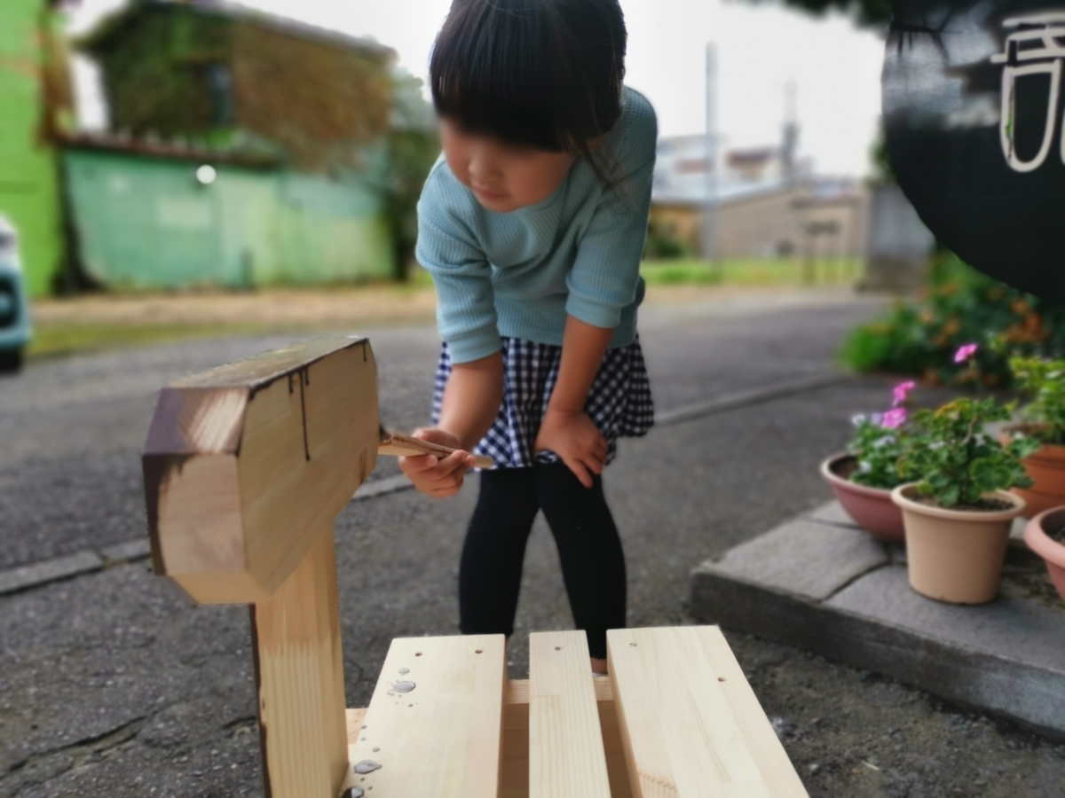 木馬を塗る子供