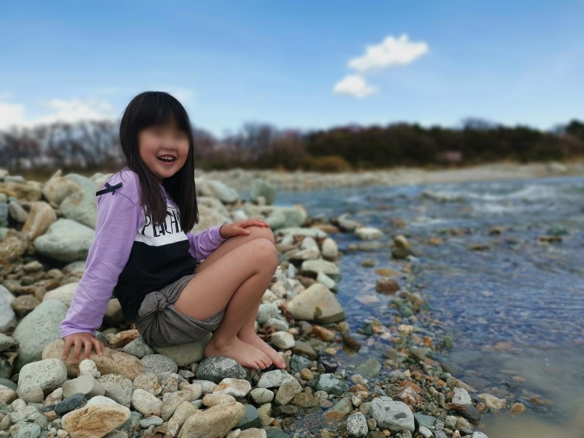 那須塩原の川に入る小学生