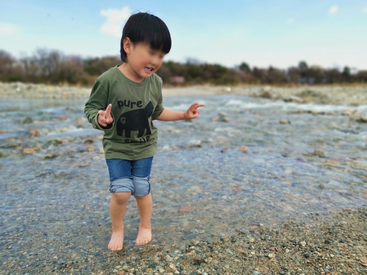 那須塩原の川に入る幼稚園児
