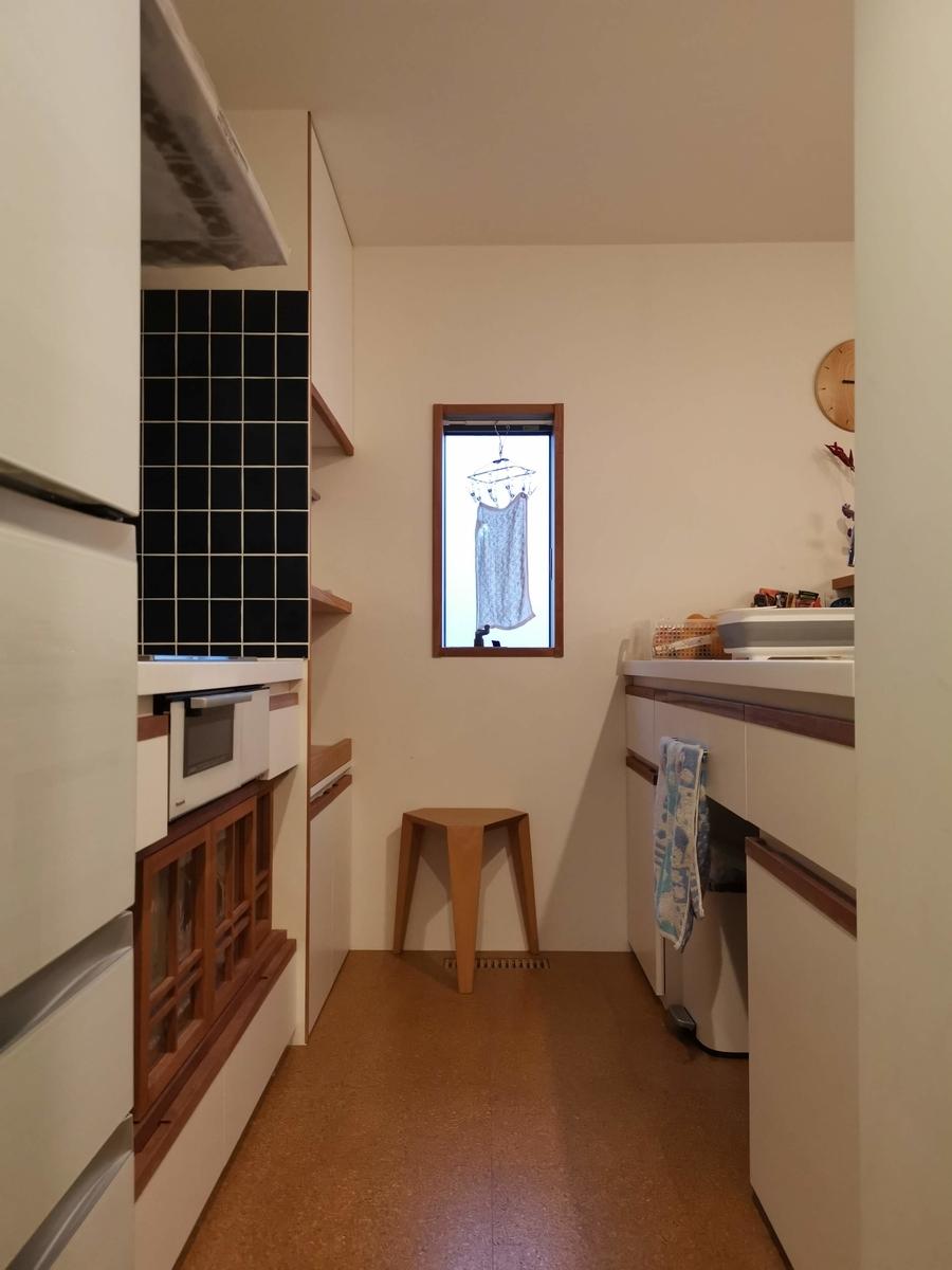 コルク床のキッチン