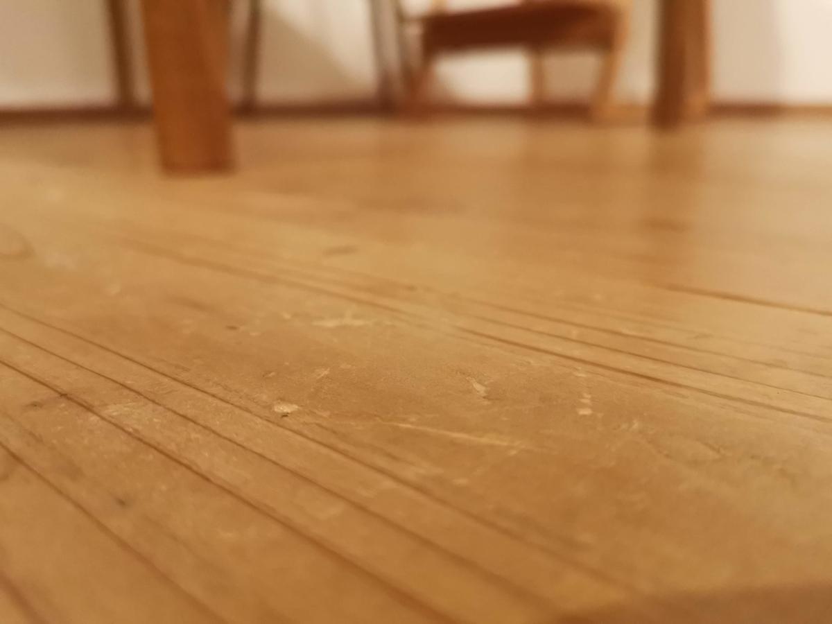 ムク杉床の傷