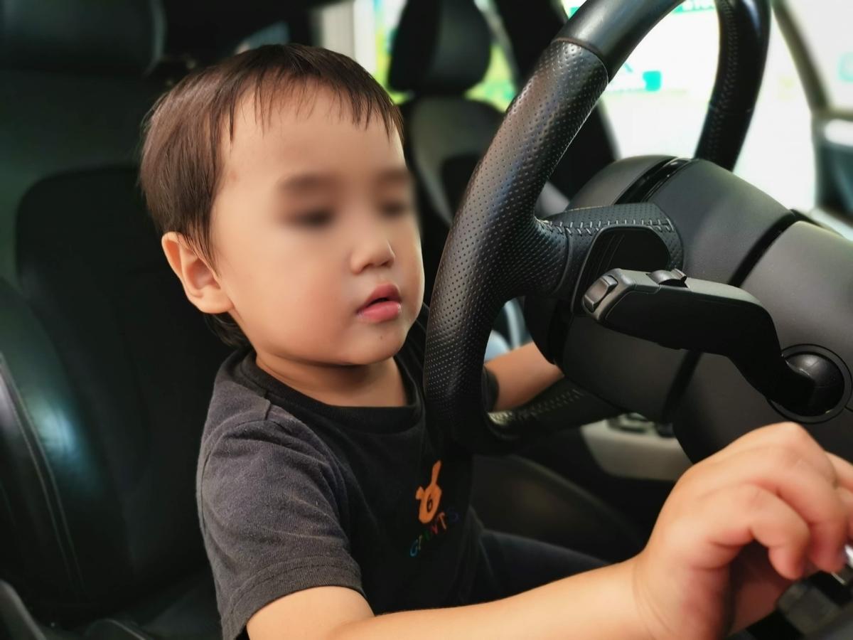車の査定をする息子