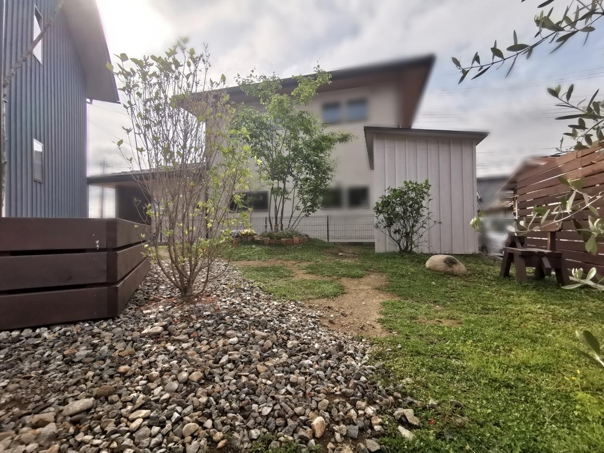 傾斜のある庭