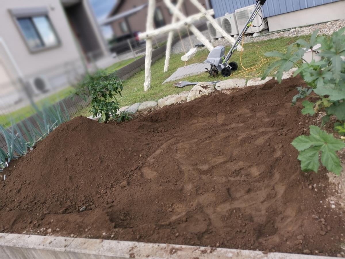 土ふるいをする前の家庭菜園