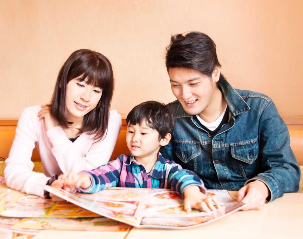 ファミリーレストランにきている家族の画像