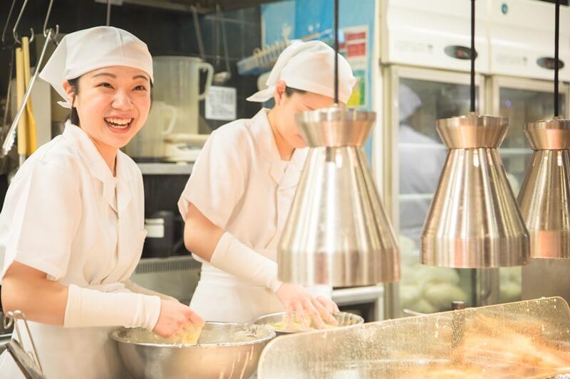 丸亀製麺の店員さんが天ぷらを作っている画像