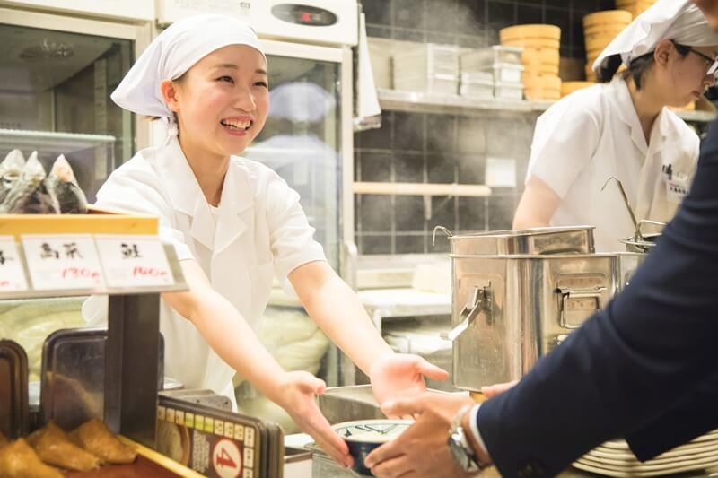 丸亀製麺のアルバイト・パートが接客をしている画像