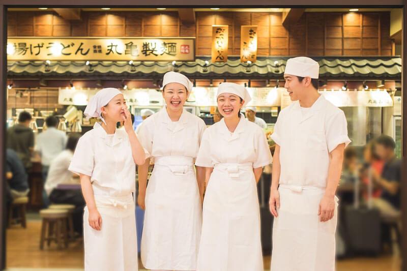 丸亀製麺の職場の雰囲気をイメージできる画像