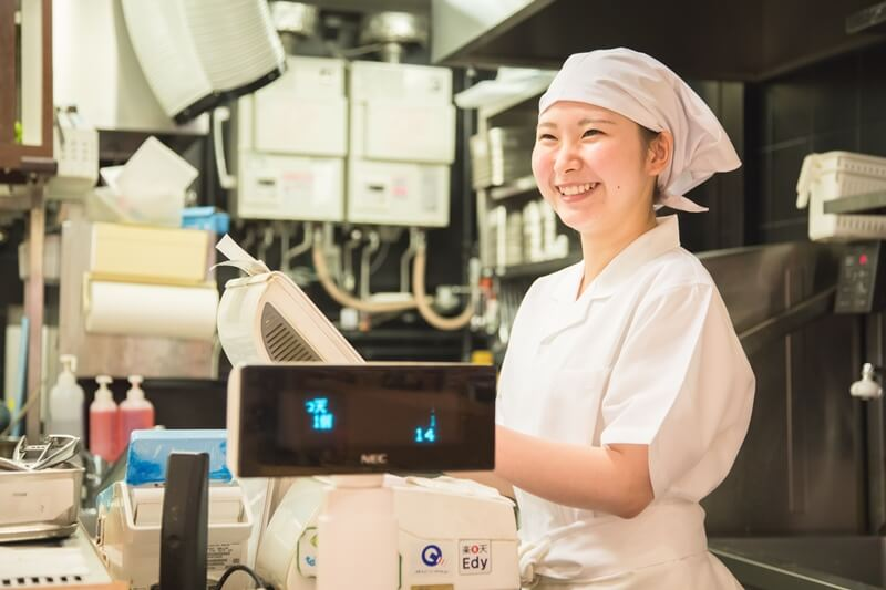 丸亀製麺の店員さんがレジをしている画像