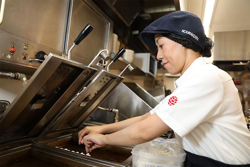 幸楽苑の店員さんが餃子を焼いてる画像