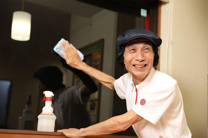 幸楽苑の店員さんが窓を拭いている画像