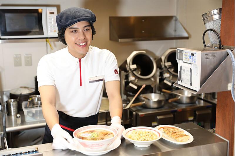 幸楽苑の店員さんがラーメンの麺を作り終えた画像