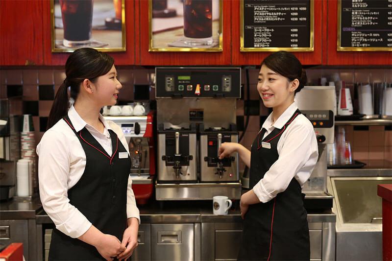 女性2人が作業場付近で会話している画像
