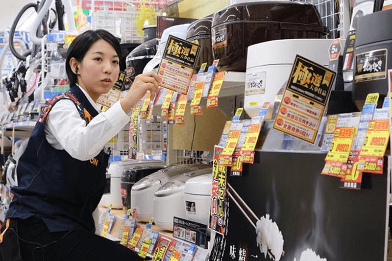 エディオンの女性店員さんが商品の確認をしている画像