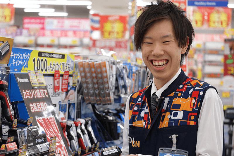 エディオンの男性店員さんが笑顔で対応している画像