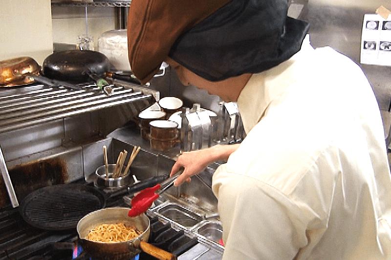 ココスの店員さんが料理を作っている画像