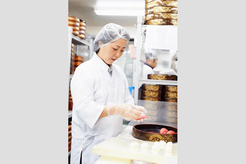 つきじ海賓の店員さんがお寿司のご飯を握っている画像