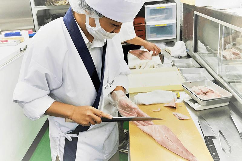 つきじ海賓の店員さんが魚をさばいている画像