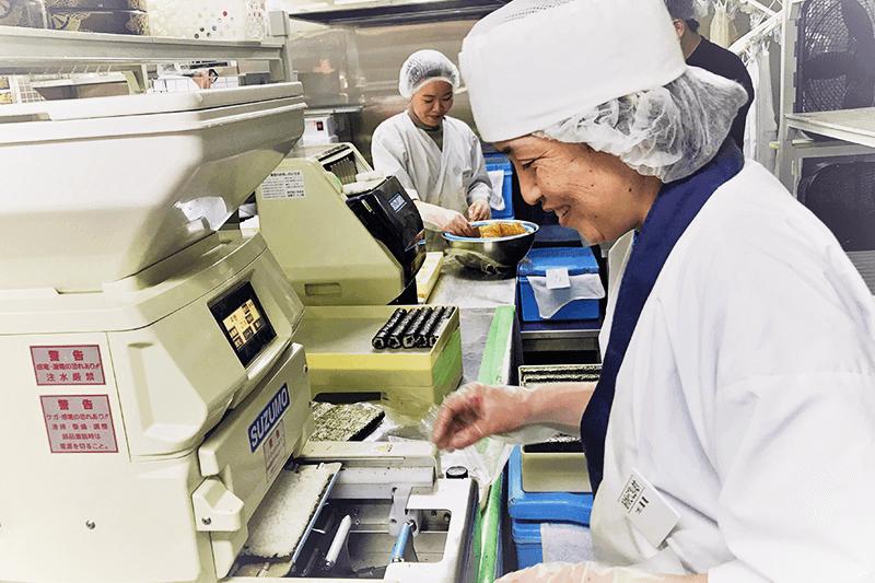 つきじ海賓の店員さんが細巻き寿司を作っている画像