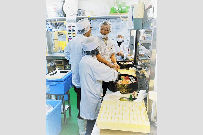 つきじ海賓の店員さんがお寿司を作っている画像
