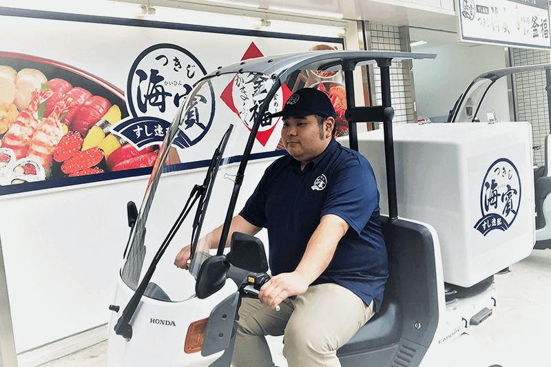 つきじ海賓の配達員さんがバイクに乗っている画像
