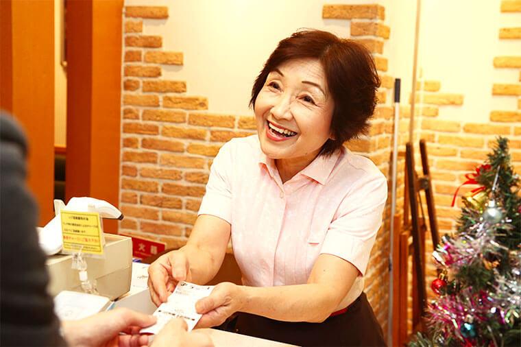 女性店員が会計をしている画像