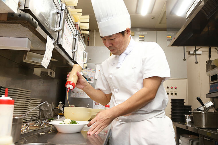 キッチンスタッフが料理をしている画像