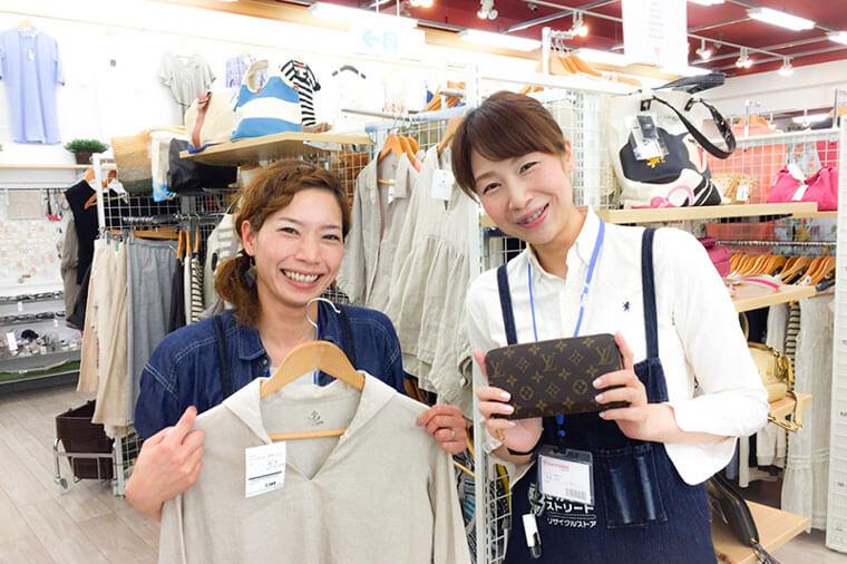 女性店員で店内の紹介をしている画像