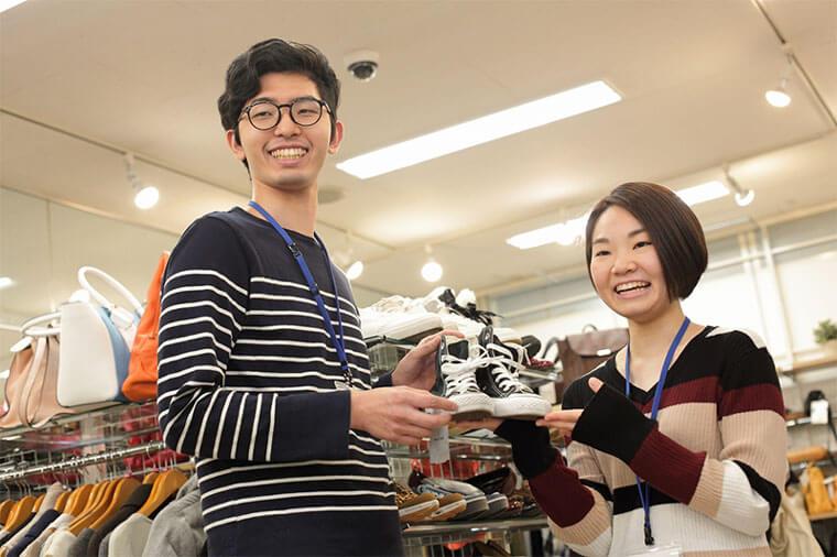 男性店員と女性店員で靴の紹介をしている画像