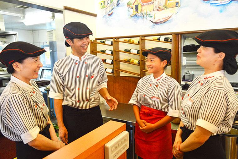 女性店員と男性店員が店内で打ち合わせをしている写真