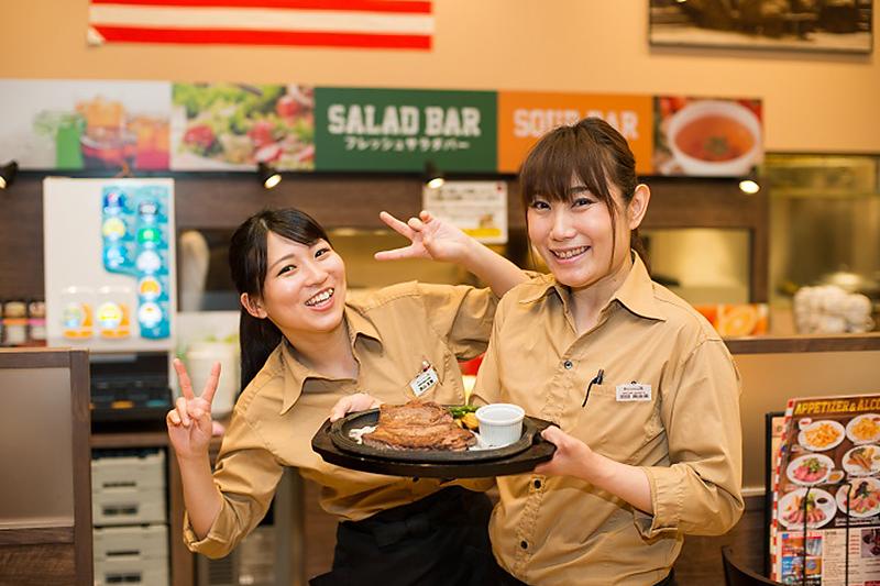 女性店員さんがステーキを見せている写真