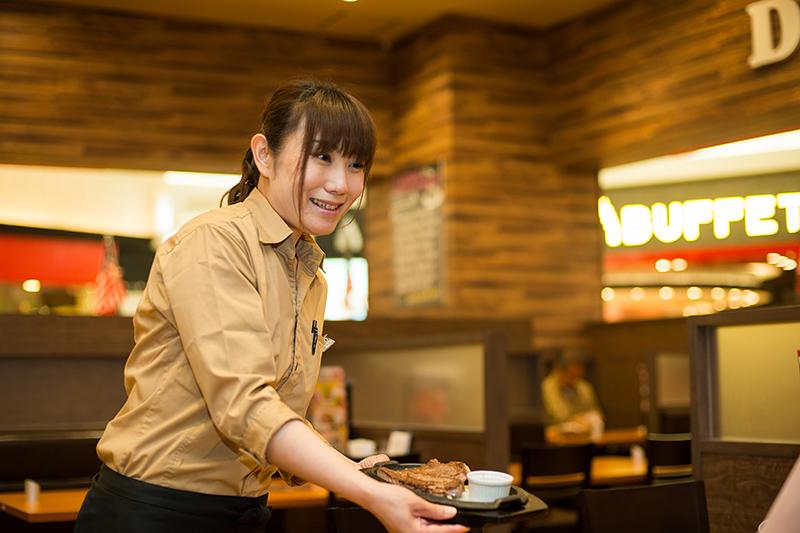 店員さんがステーキをお客様にお渡ししている