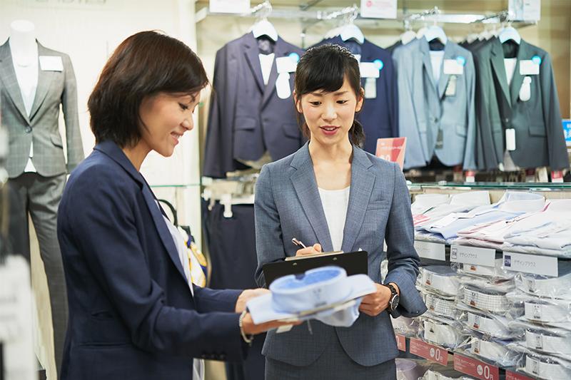 アオキ(AOKI)の店員さんが商品チェックをしている写真