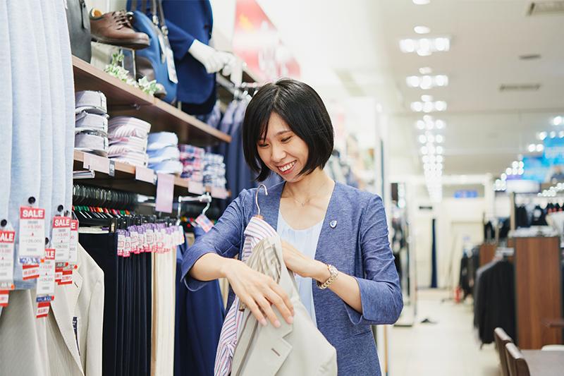 アオキ(AOKI)の店員が服をたたんでいる写真