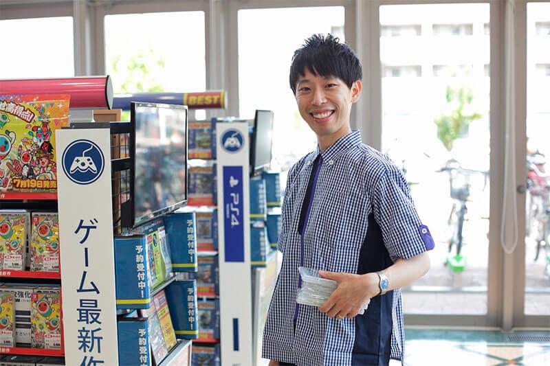 男性店員さんが商品を運んでいる画像
