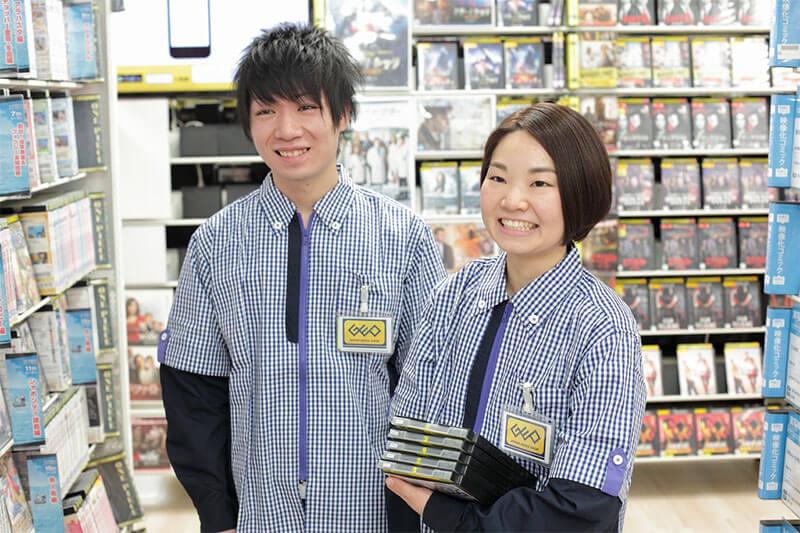 男性店員さんと女性店員さんが商品を運んでいる画像