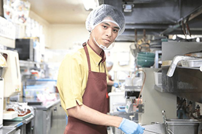 男性店員さんがキッチンで働いている画像