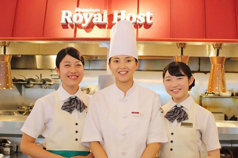 学生らしき3名のアルバイト・パートが並んでいる写真