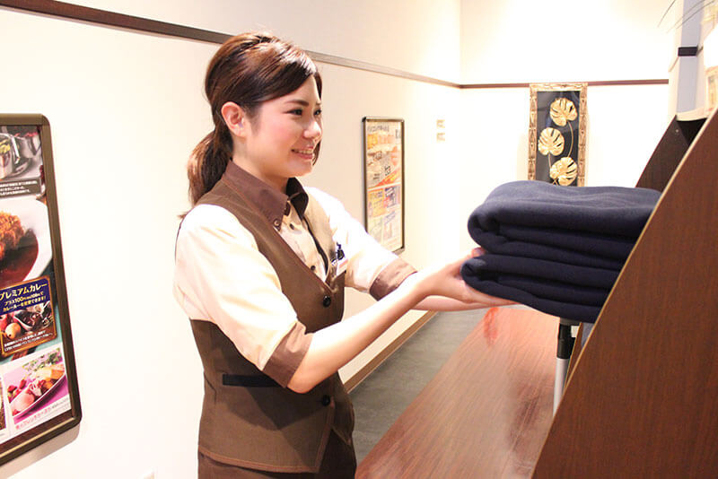 女性アルバイト・パートが備品や貸出し品を整理している画像